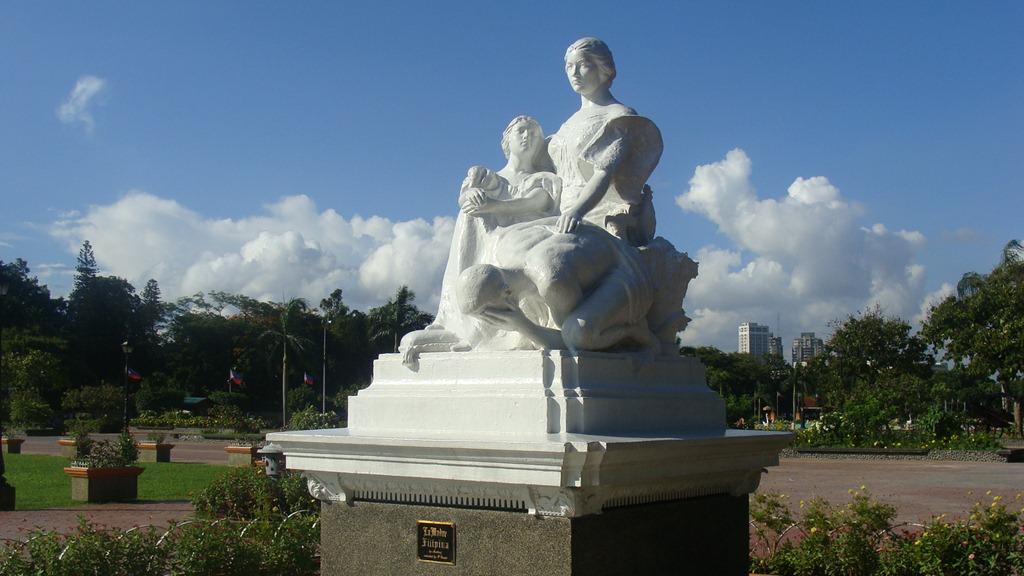 Madre de Manila statue by Rizal Monument(2)